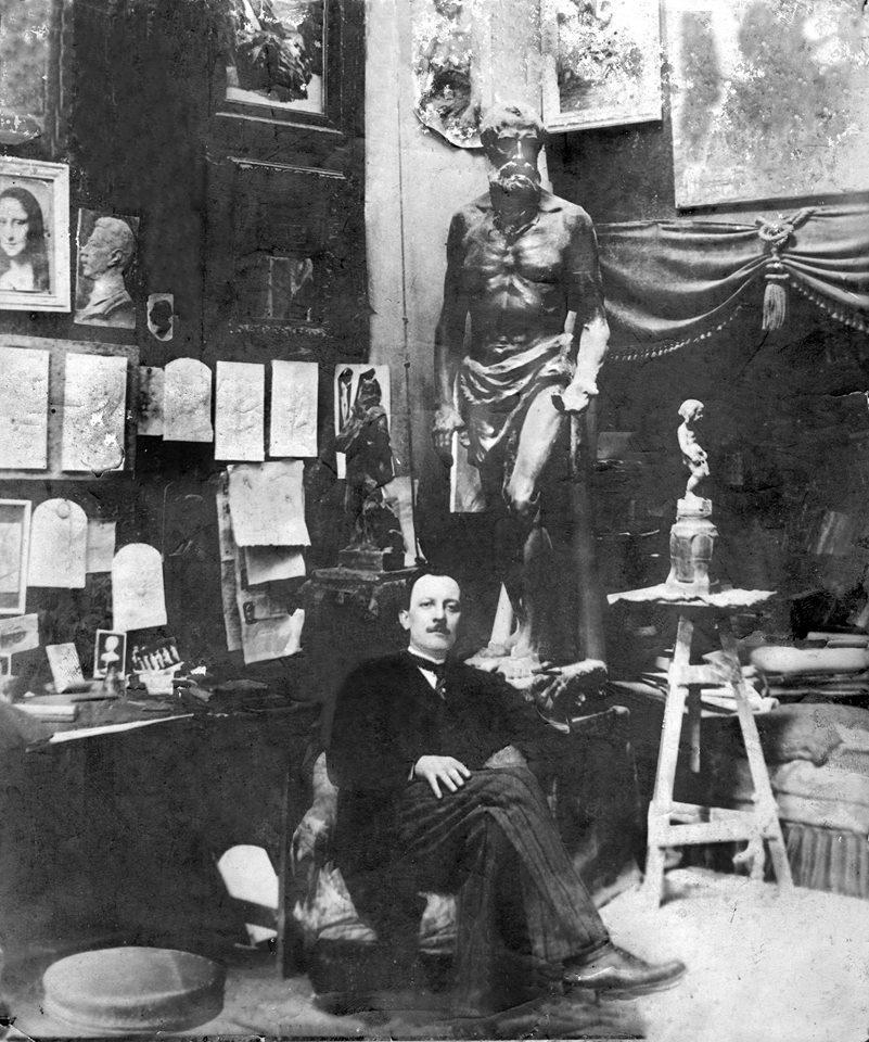 João Turin em seu ateliê em Paris